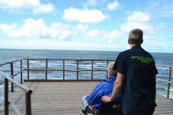 nemokamas kelialapis prie jūros, darbuojas, neįgalus asmuo, vežimėlis